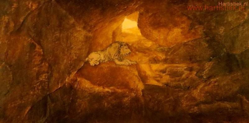 Leeuw in zn hol